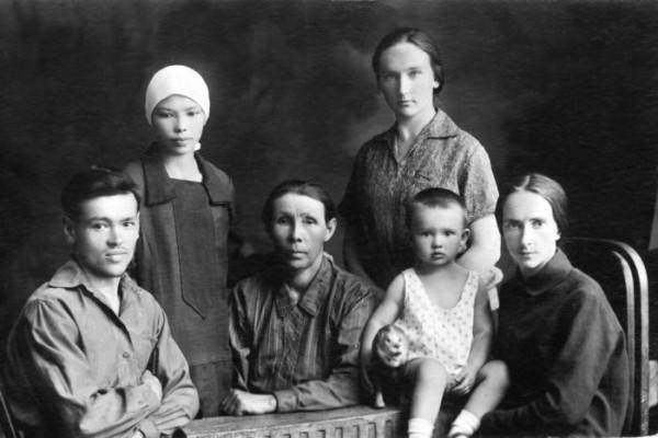 На фото Ф.Г.Углов (слева), его жена Вера Трофимова (стоит), мама и сестры Федора Григорьевича
